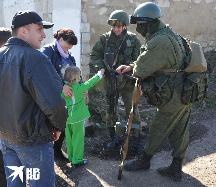 """""""Вежливые люди"""" возле военной базы у села Перевальное, Крым, 2014 год."""