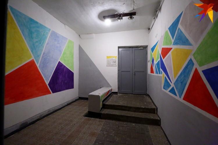 Стены сделали разноцветными.