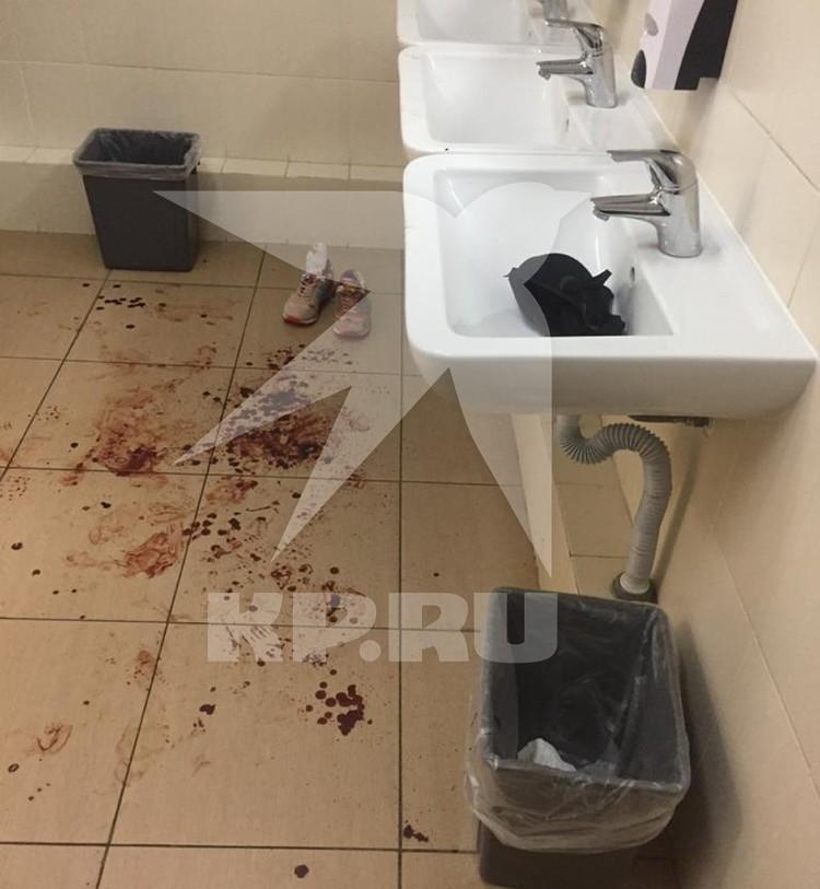 Кровать пострадавшей и пол в ванной залило кровью.