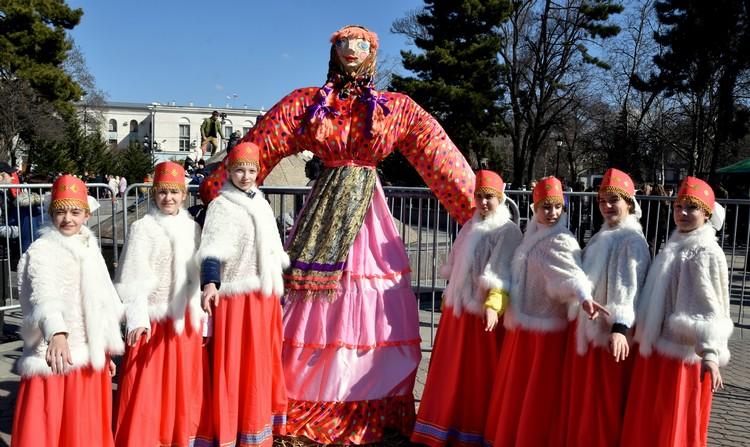 Жители Симферополя собрались в Гагаринском парке на гуляния
