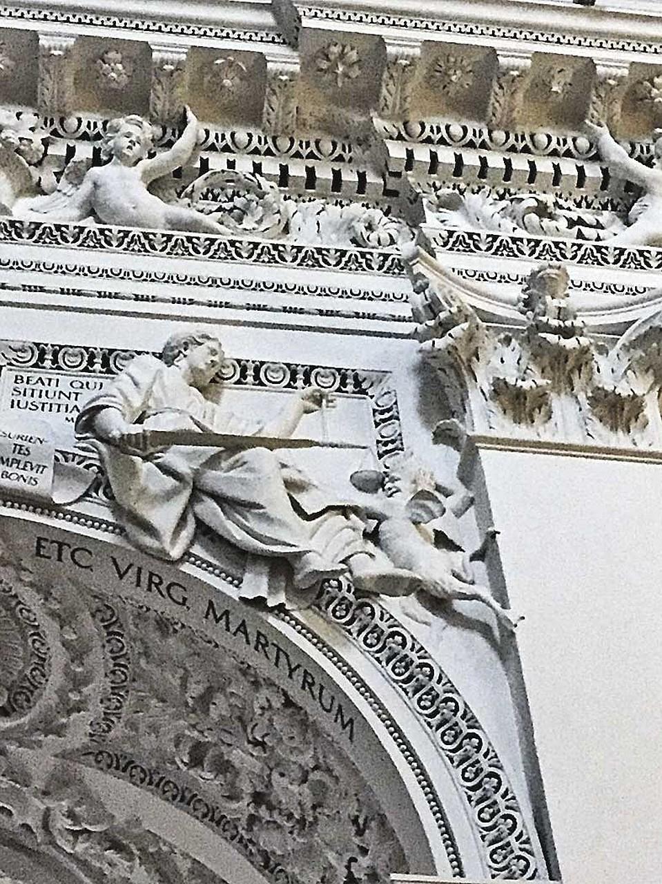 Внутренний барельеф: чертенок пытается вырвать весы у богини правосудия. Очень символично для Литвы. Фото: Елена КРИВЯКИНА