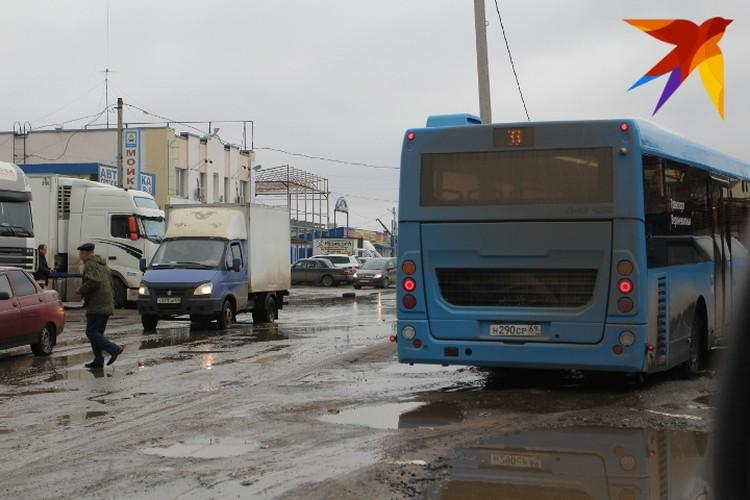 Общественный транспорт лавирует между ямами и лужами.