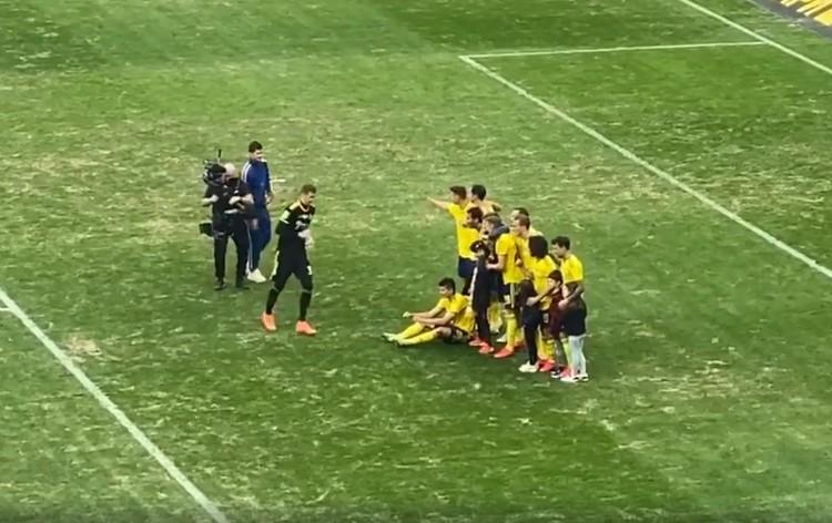 Футболисты сделали памятное фото с детьми. Фото: Стоп-кадр видео Instagram Аланы Мамаевой