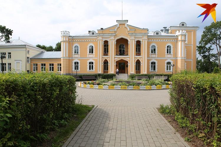 Дворец неоготического стиля с башенками в форме шахматной ладьи.
