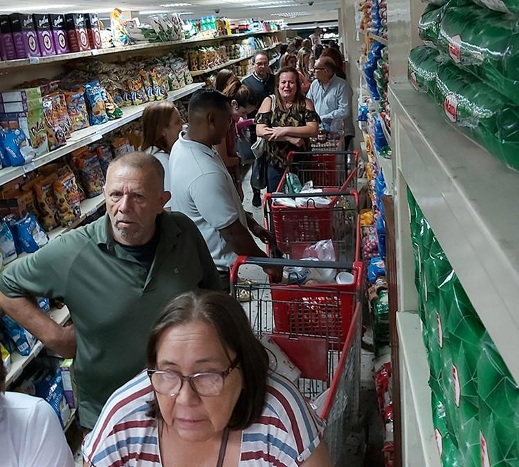 После появления новостей о коронавирусе в магазинах выстроились очереди.