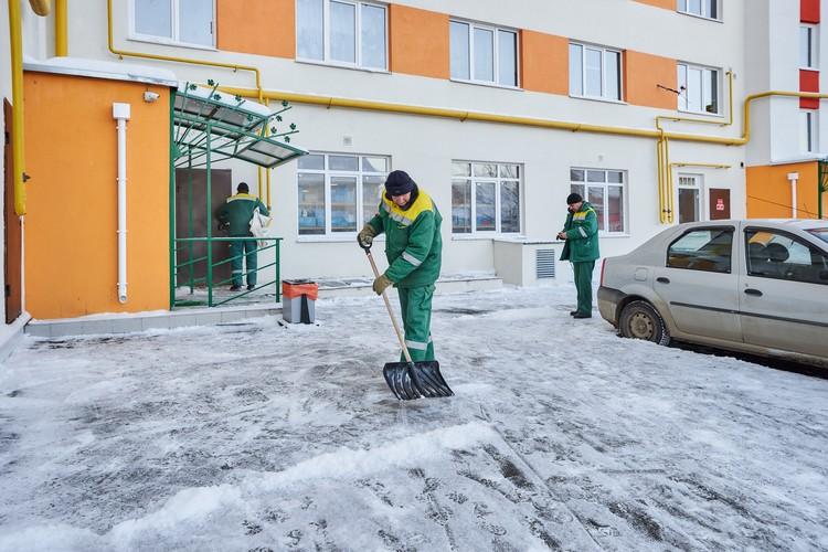 В зимнее время дворники убирают снег во дворах под скребок.