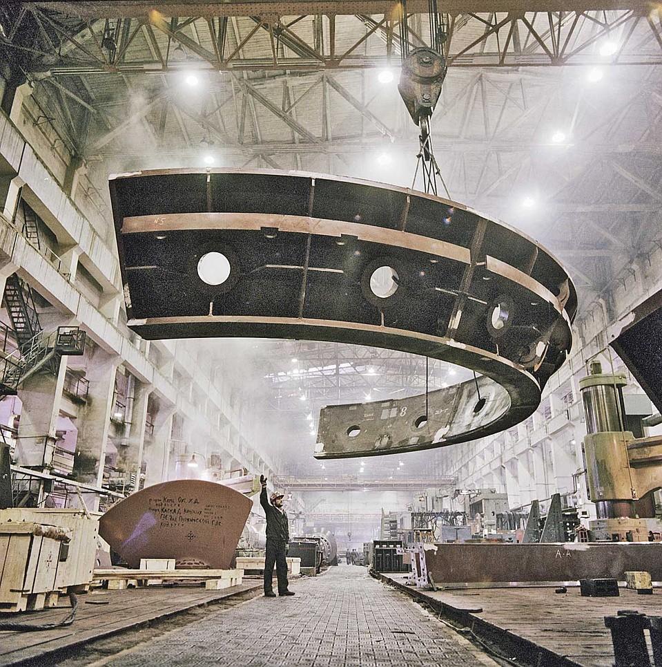 Для установки полукольца восьмой турбины ГЭС использовали советскую технику. Фото: ТАСС