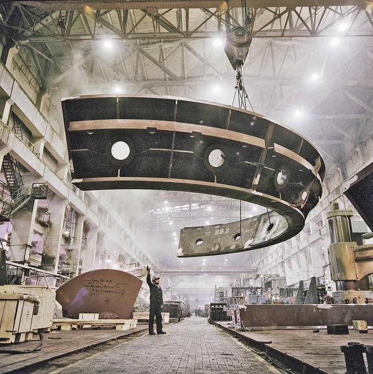 Для установки полукольца восьмой турбины ГЭС использовали советскую технику.