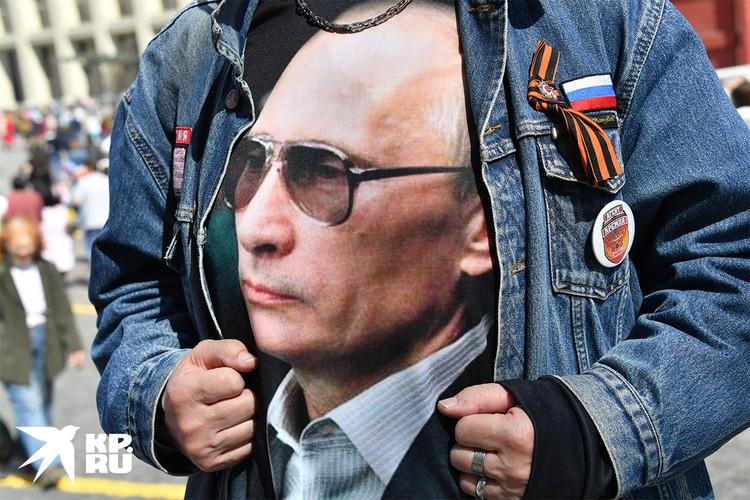 Участник первомайской демонстрации в Москве в футболке с портретом Путина.