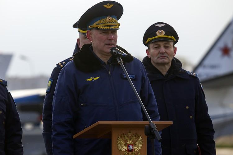 Перед первым полетом девчонок напутствовал начальник авиационного училища, генерал-майор Сергей Румянцев.