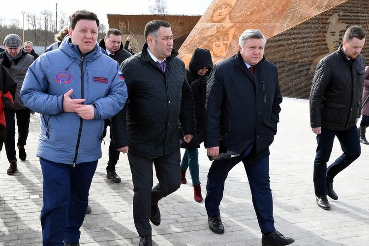 На осмотре мемориала Илья Зюбин (слева), Игорь Руденя (в центре) и Николай Овсиенко (справа). Фото: ПТО