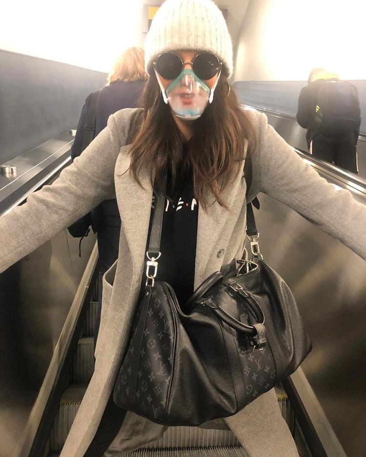 Нина Добрев в начале носила пластиковую маску. Но теперь перешла на обычные медицинские