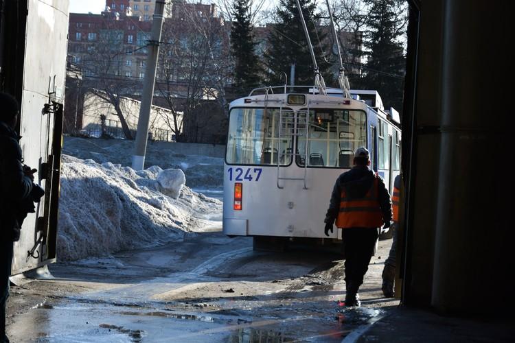 В начале рабочего дня у сотрудников троллейбусного депо измеряют температуру.