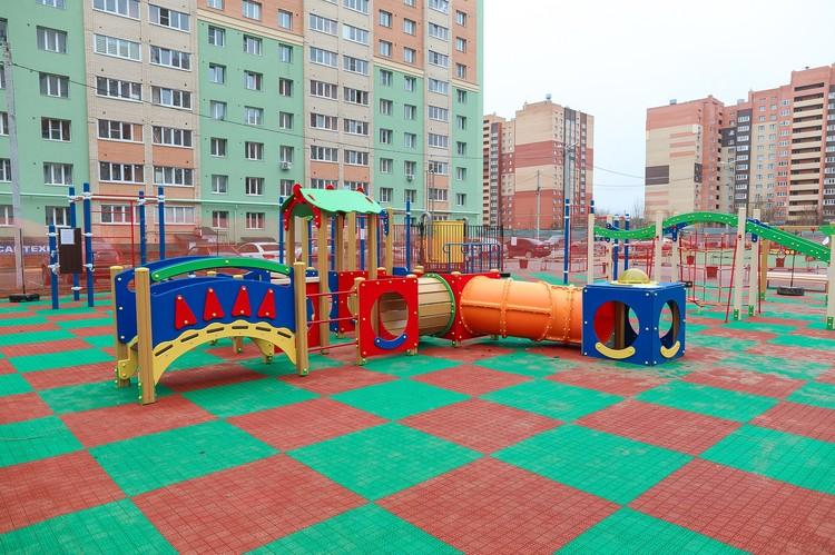 Все элементы детских площадок в ЖК «Скобелев» выполнены из качественных и прочных материалов, а на земле будет постелено специальное покрытие.