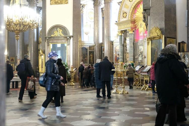 Людей в храме около 50 человек