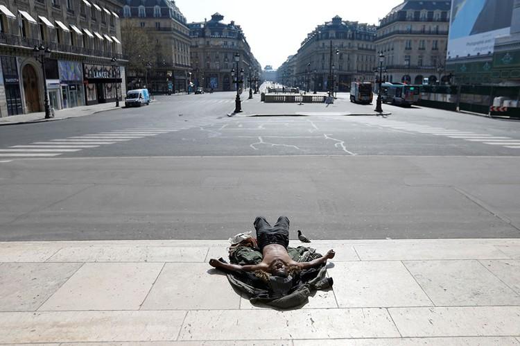 Опустевшая площадь в Париже.