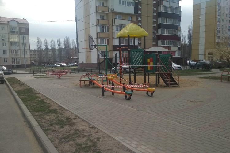 На детские площадки Липецка вход закрыт
