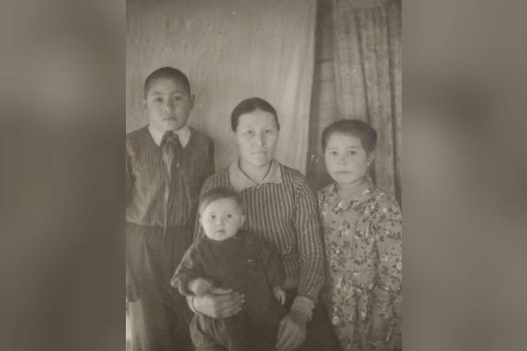 Нину (на руках у мамы) очень любили родители, сестры и брат, и не давали поводов сомневаться в кровном родстве. Фото: личный архив.