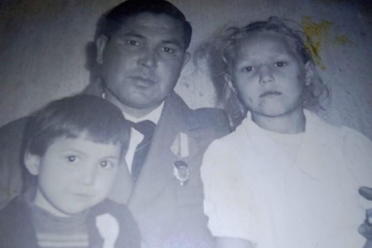 Биологический отец Нины с дочерями: слева - Майя, справа - подмененная Виктория. Фото: личный архив.