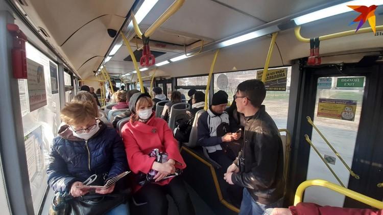 В автобусах людей битком, ни о какой дистанции в полтора метра между людьми и речи не идет.