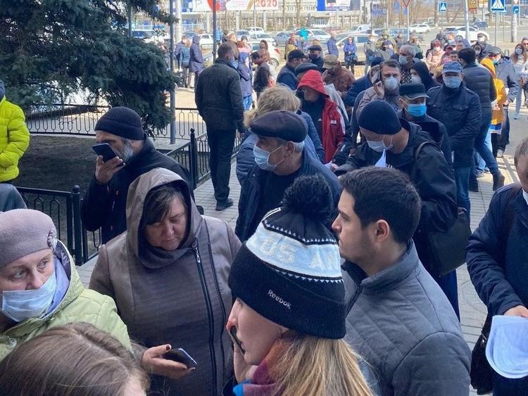 Жители в очереди не соблюдают масочный режим и дистанцию. Фото соцсетей