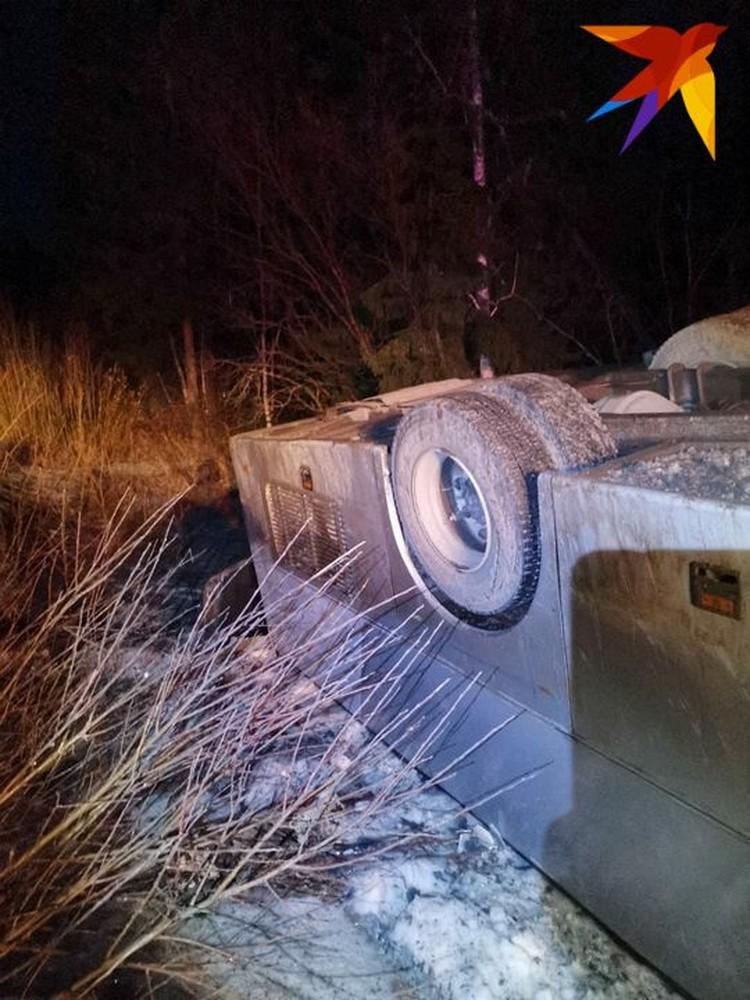 Автобус лег прямо на крышу. Фото предоставлено очевидцами