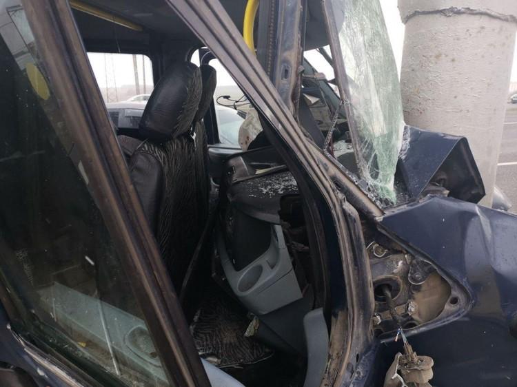 Автомобиль врезался в столб