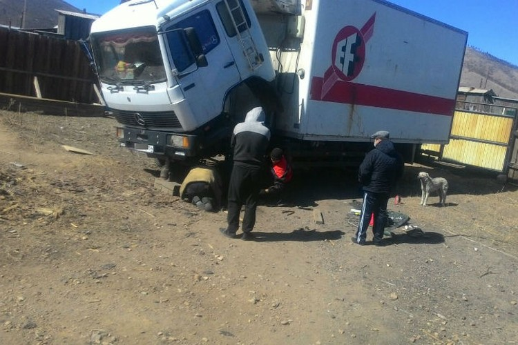 Максат (слева) вместе с Максимом ремонтируют грузовик. Максат категорически отказался отправлять свою фотографию. Фото: предоставлено Максимом Терентьевым