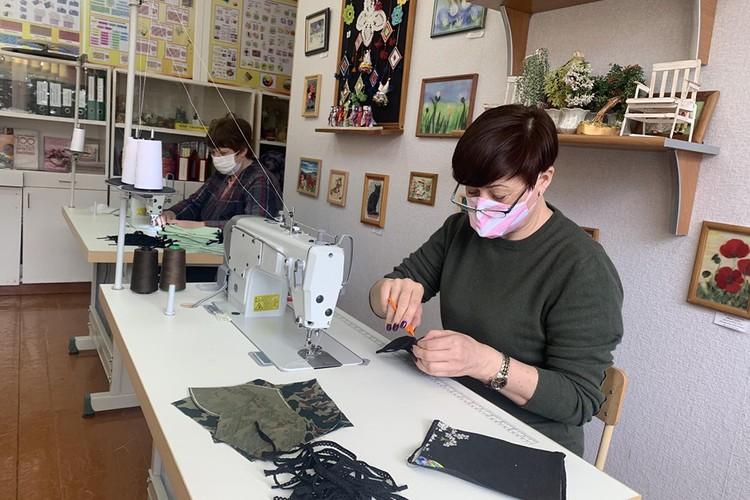 В Лиозненской школе №1 шьют многоразовые маски- для себя, для детских садиков, а теперь - для ветеранов. Фото:предоставлено СШ № 1.