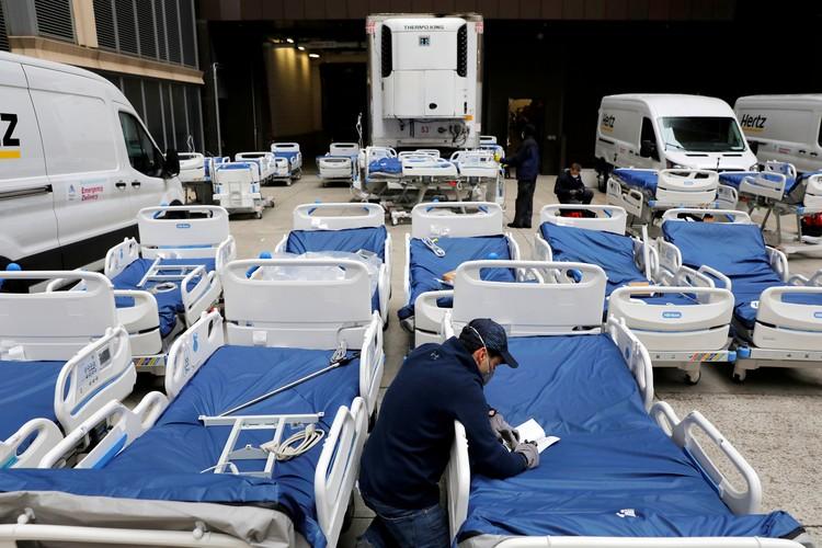 Подготовка кроватей для полевого госпиталя в Центральном парке Нью-Йорка.