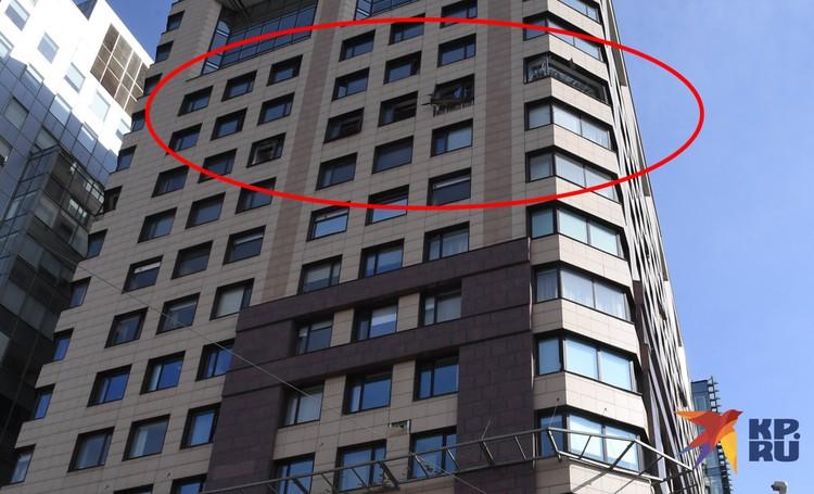 Сейчас территория оцеплена. По словам очевидцев, в здании выбиты окна на пятом этаже.