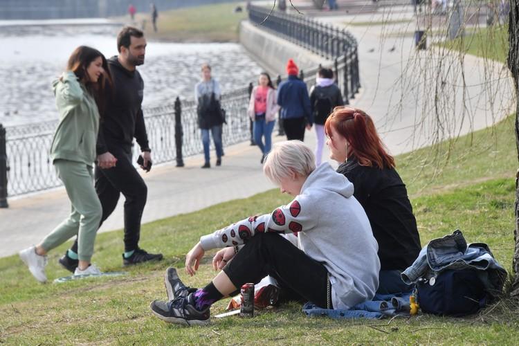 В первые же выходные объявленного в России режима самоизоляции многие москвичи высыпали в парк.