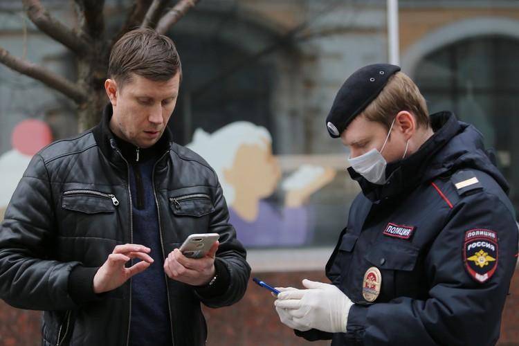 Патрульные помогают жителям получить QR-код и напоминают, что нужно носить маску!