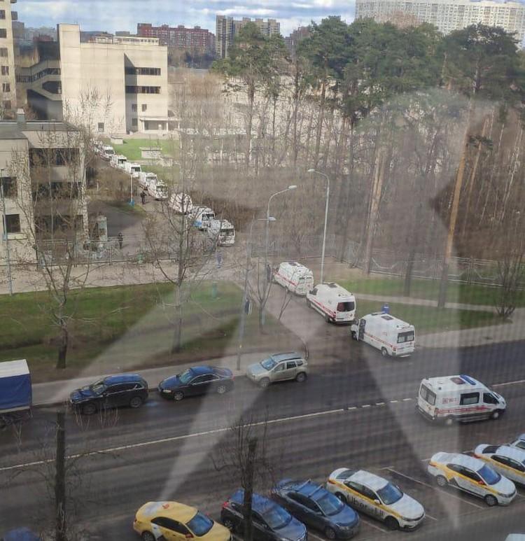 В госпитале ветеранов войны №3, который находится на северо-востоке столицы, в субботу, 11 апреля, в очереди собрались боле 20 автомобилей скорой помощи.