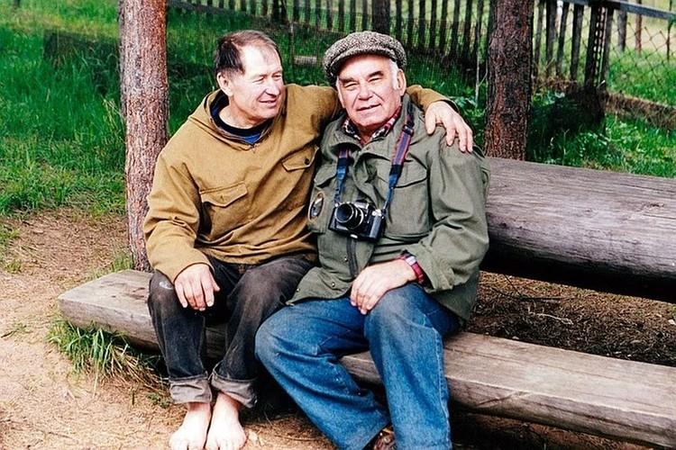 Василий Песков и Валентин Пажетнов, заслуженный эколог России, доктор биологических наук (слева) на биостанции в деревне Бубоницы. Лето 1997 года. Фото Ива Готье.