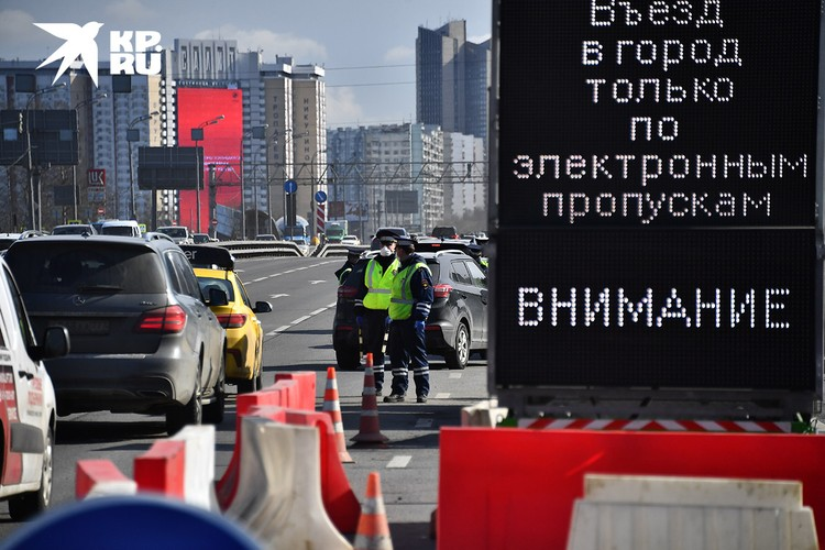 Сотрудники ДПС и стенд с предупреждением у въезда в Москву на Киевском шоссе.