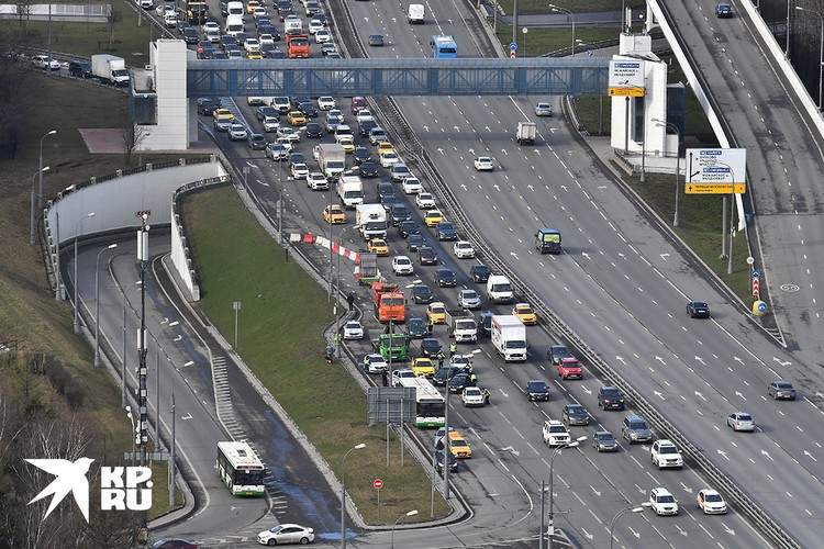 Из-за новых правил передвижения по городу, на въездах в Москву образовались заторы.