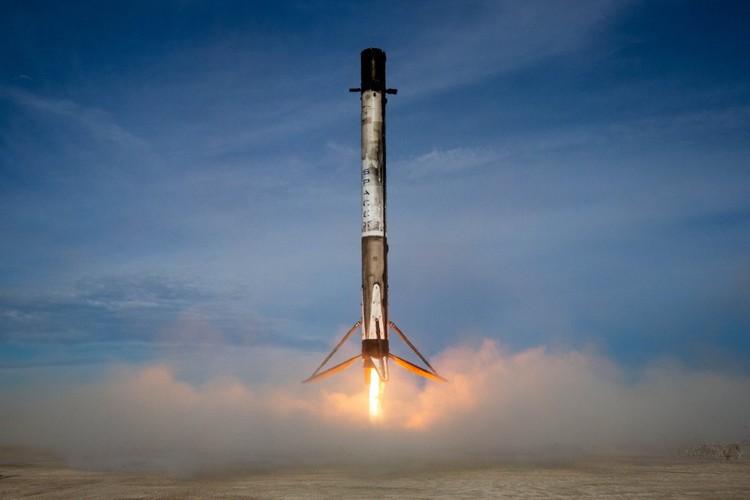 Falcon-9 в нынешней ее версии - это ракета тяжелого класса. При пуске с возвратом ступени половина топлива уходит на то, чтобы вернуть эту ступень на Землю.