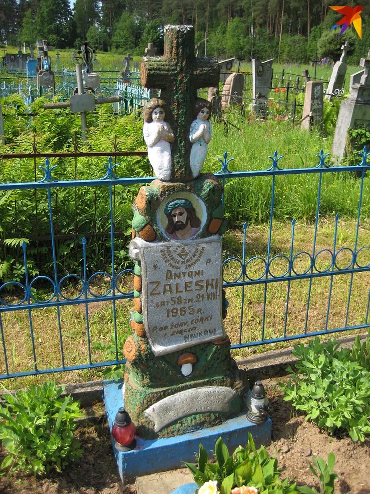 В середине ХХ века в окрестностях Гольшан надгробия раскрашивали. Фото: Сергей ГРУНТОВ