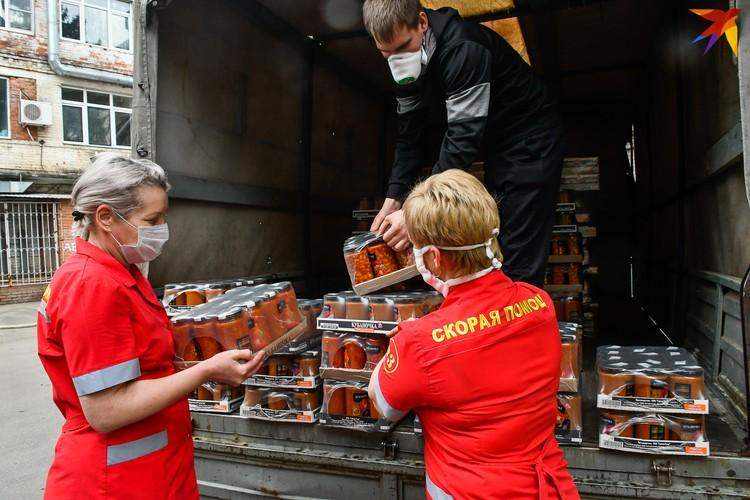 Медикам передали грузовик продуктов