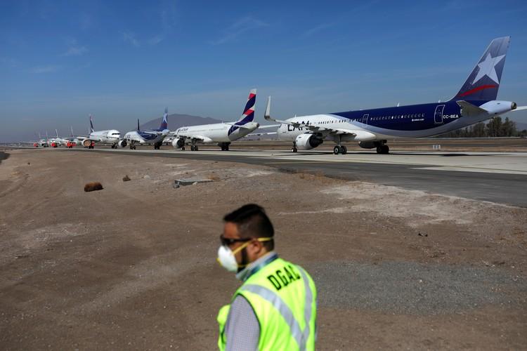 """""""Припаркованные"""" из-за пандемии коронавируса самолеты в главном аэропорту Чили, Сантьяго."""