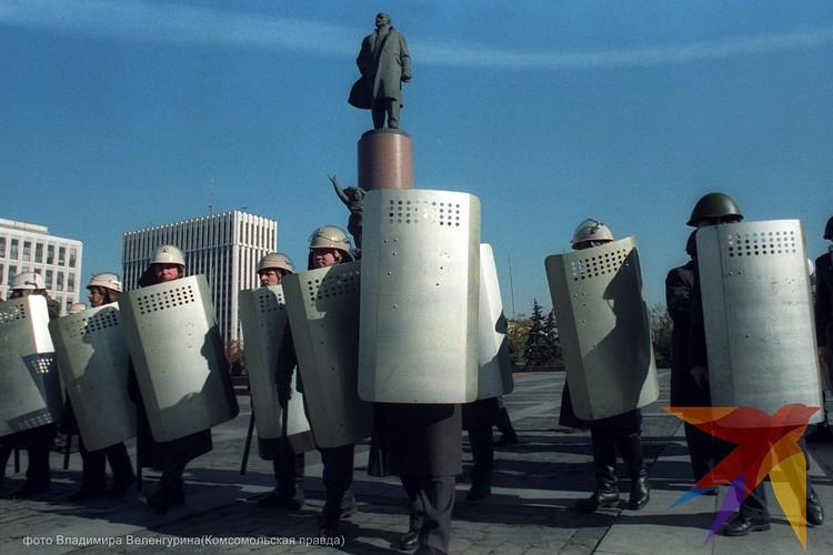 Оцепление ОМОНа на Октябрьской площади в Москве 3 октября 1993 года