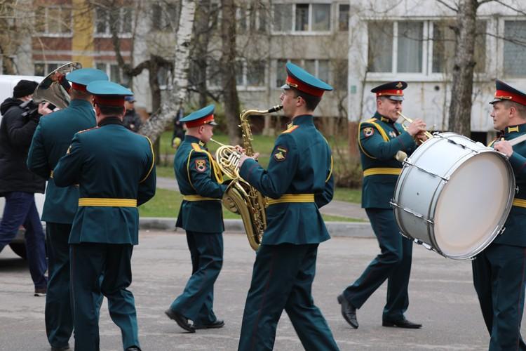 Фронтовик принял парад, поблагодарил военнослужащих и поздравил их в ответном слове.