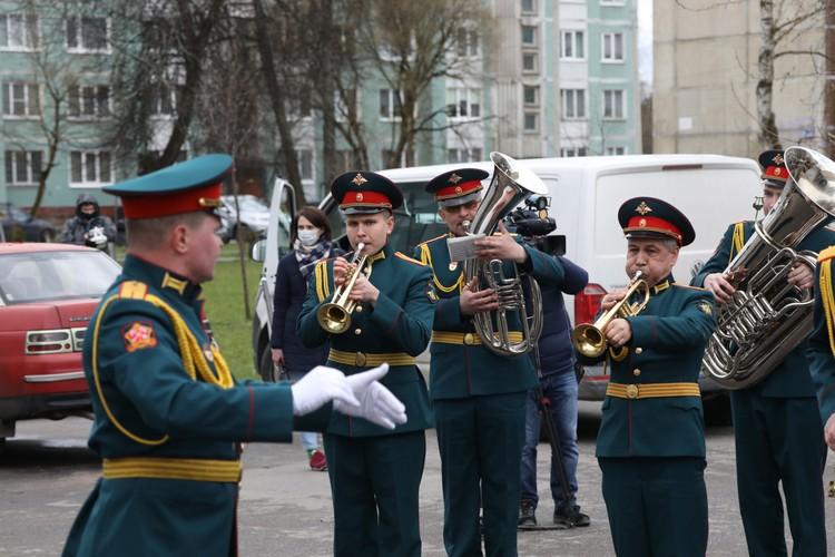 Оркестр исполнил любимые мелодии ветерана во дворе его дома