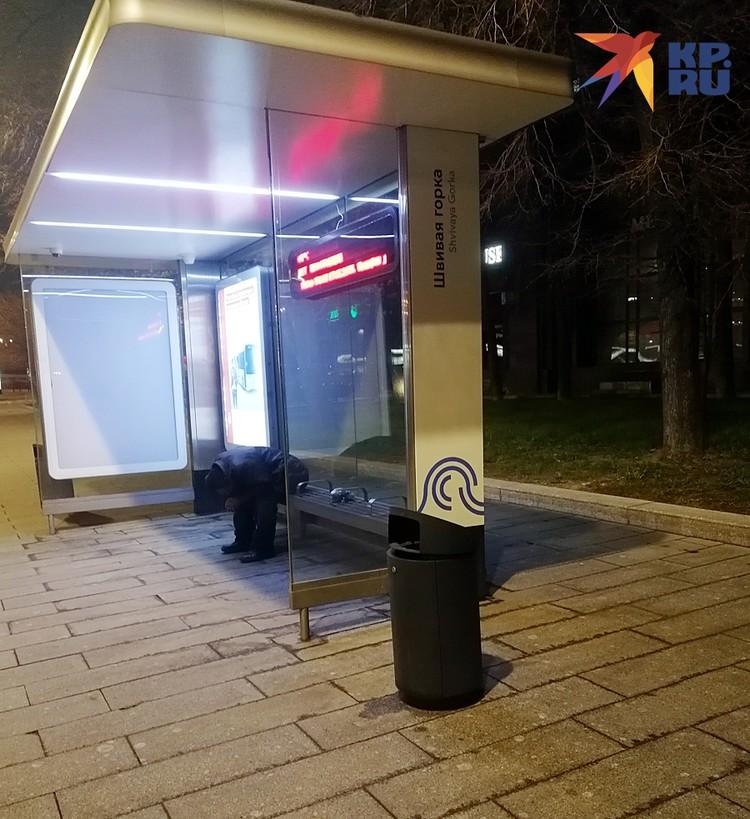Этот строитель из Киргизии предпочел хостелу скамейку