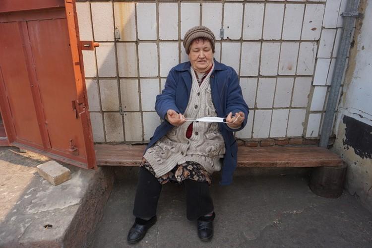 """""""Нам нужны каски, а не маски!"""" - иронизирует жительница Старомихайловки."""