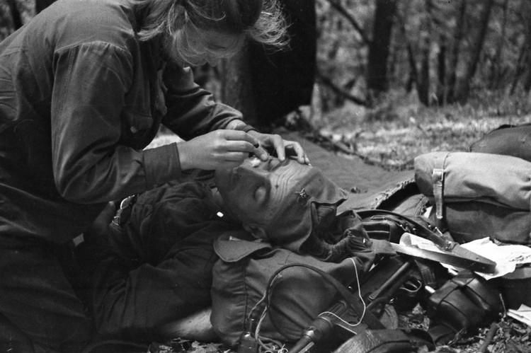 Врач из партизанской группы. Лето 1943 года. Фото Иван Запорожский / Из фондов Центральной студии документальных фильмов