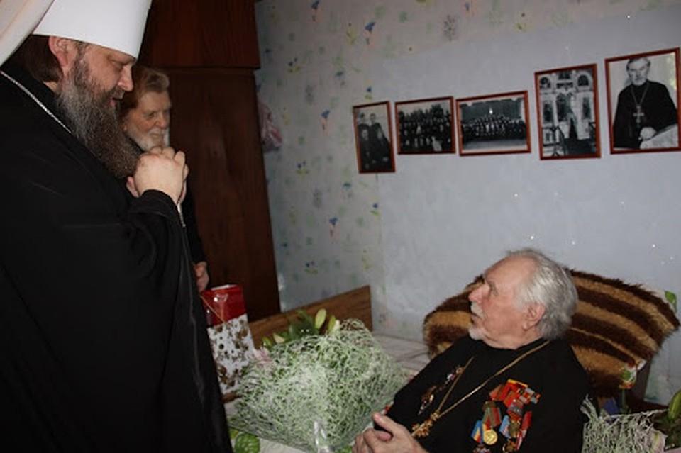 Митрополит Меркурий посещает легендарного священника-воина у него дома. Фото: Личный архив героя публикации