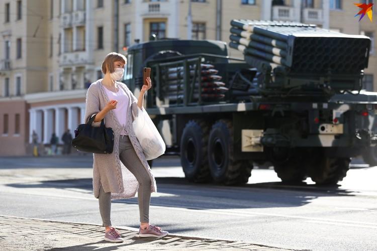 Военная техника на улицах города вызывает интерес у зрителей.