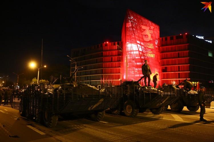 В этот раз военная техника впервые осталась на ночь. Технику опечатали и сдали под охрану.